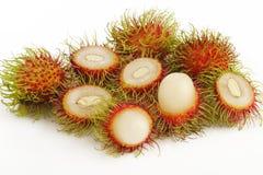 Rambutanfrüchte auf Weiß Stockfoto