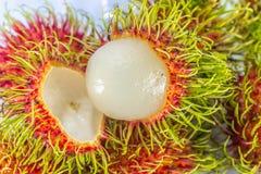 Rambutanfrucht mit rotem Oberteil auf weißem Hintergrund stockfoto