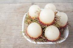 Rambutanfrukter i den vita bunken har en läcker söt smak royaltyfri fotografi