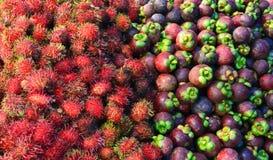 Rambutans und Mangostanfrüchte für Verkauf in einem Markt Lizenzfreie Stockfotos