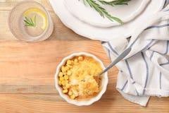 Ramekin i łyżka z kukurydzanym puddingiem zdjęcie royalty free