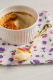 Ramekin z creme brulee i łyżkowym w środku zdjęcie stock