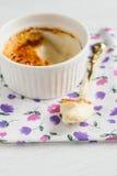 Ramekin z creme brulee i łyżkowym w środku obraz stock