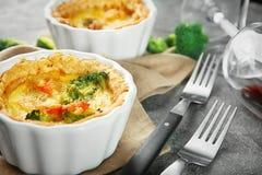 Ramekin z smakowitym brokułu quiche na stole zdjęcie stock