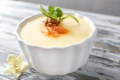 Ramekin z smakowitym waniliowym puddingiem obraz royalty free