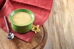 Ramekin z smakowitym waniliowym puddingiem fotografia stock