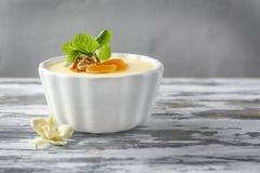 Ramekin z smakowitym waniliowym puddingiem zdjęcie royalty free