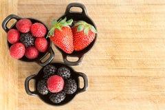 Ramekins здоровых зрелых свежих смешанных ягод Стоковое Изображение