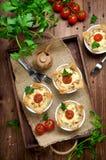 Ramekins med den smakliga höna- och baconpajen på träbräde Fotografering för Bildbyråer