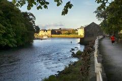 Ramelton pir och flod, Co Donegal Irland arkivbild