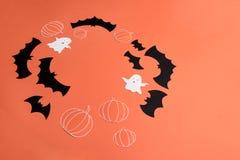 Ramen av haloween symboler på röd bakgrund för logo och text Royaltyfri Fotografi