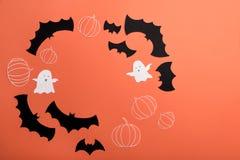 Ramen av haloween symboler på röd bakgrund för logo och text Royaltyfria Bilder