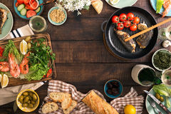 Ramen av räka, fisk grillade, sallad, mellanmål och vitt vin arkivbild