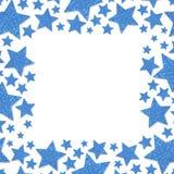 Ramen av skinande blått belägger med metall stjärnor som isoleras på vit bakgrund Blänka pulvergränsen Arkivfoto