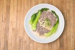 Ramen com carne de porco e Bok Choy, Pak Choi Cabbage no backgroun de madeira imagem de stock royalty free