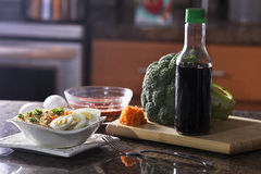 Ramen cucinato delizioso Noodes in cucina SettingSoup, alimento, tagliatelle, tagliatelle di ramen, minestra di pasta, cucinante, Fotografie Stock