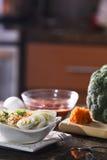 Ramen cucinato delizioso Noodes nella regolazione della cucina Immagine Stock