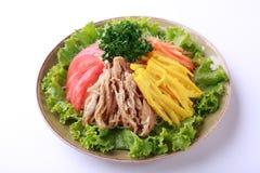 Ramen de Hiyashi, tallarines fríos japoneses populares con la carne y salsa amarga aislada en el fondo blanco Imagenes de archivo