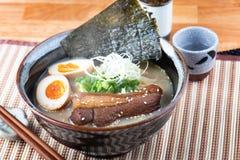 Ramen di tonkotsu della tagliatella di stile giapponese immagini stock libere da diritti