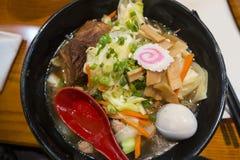 Ramen is een Japanse schotelsoep met ei, varkensvleesvlees en vegtables stock fotografie