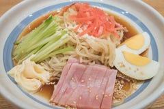 Ramen fríos con el camarón, el cerdo de carne asada japonés, el jamón, el huevo y el pepino Imagen de archivo libre de regalías