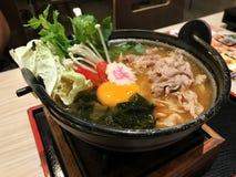 Ramen japonais avec le légume d'oeufs et le porc de tranche sur le dessus image libre de droits