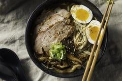 Ramen japoneses caseiros de Tonkotsu da carne de porco foto de stock
