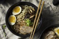 Ramen japoneses caseiros de Tonkotsu da carne de porco fotografia de stock
