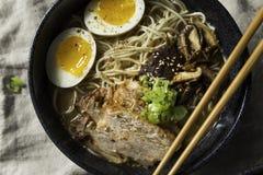 Ramen japoneses caseiros de Tonkotsu da carne de porco fotos de stock