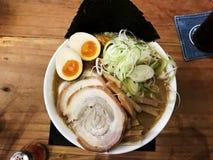 Ramen japoneses con cerdo de la rebanada, huevos, alga marina, cebolla de la primavera en el top foto de archivo libre de regalías