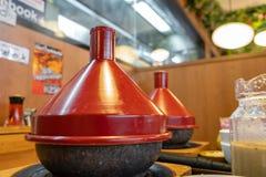 Ramen japoneses quentes com a tampa vermelha servida com arroz Uma refeição saboroso, popular imagens de stock royalty free