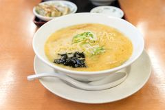 Ramen japoneses y x28; soup& x29 de los tallarines del estilo tradicional de Japón; en blanco fotos de archivo