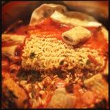 Ramen met viscroquetjes en kimchi stock foto's