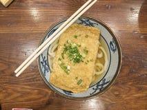 Ramen ou macarronetes japoneses que cobrem com tofu e chalotas fritados na sopa clara fotos de stock