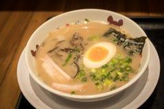 Ramen ou nouille japonaise avec l'eeg mol d'?bullition images stock