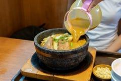 Ramen quentes do caril na bacia com macarronetes, carne, e vegetais na tabela do alimento, alimentos populares fotografia de stock