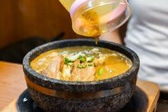 Ramen quentes do caril na bacia com macarronetes, carne, e vegetais na tabela do alimento, alimentos populares imagem de stock