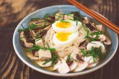 Ramen végétariens avec le miso, le tofu et les champignons photo libre de droits