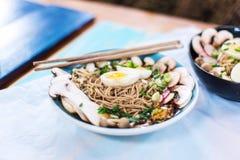 Ramen vegetariano caldo con la pasta, il mushrooma e le uova del miso fotografia stock