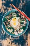 Ramen vegetariano con il miso, il tofu ed i funghi fotografie stock libere da diritti
