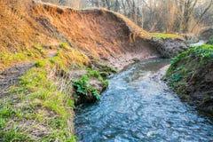 Ramenka小河的镇静流程 加强的春天阳光唤醒自然 图库摄影