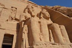 Ramesses II se sienta en Abu Simbel Imagen de archivo libre de regalías