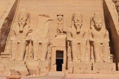 Ramesses II senta-se em Abu Simbel fotos de stock royalty free