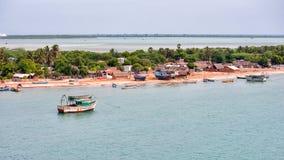 Rameswaram-Küste mit Booten Tamil Nadu, Indien stockbild