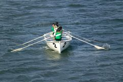 Rameurs dans des chemises vertes ramant en Genoa Harbor, Gênes, Italie, l'Europe Photo libre de droits
