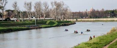 Rameurs dans la formation sur la rivière de l'Arno image stock
