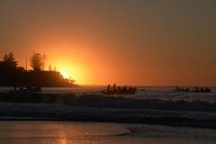 Rameurs de bateau à ANZAC anniversity de 100 ans à l'aube Photos stock