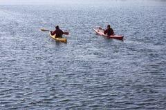 Rameurs de kayak sur un kayak barbotant par la mer, le sport aquatique actif et les loisirs, kayaking Photographie stock libre de droits