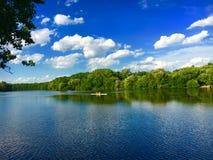 Rameurs sur une rivière photos stock