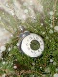 Rami attillati con i giocattoli d'annata di Natale L'orologio sull'albero immagini stock libere da diritti